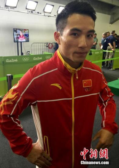 中国选手邓书弟在双杠决赛中获得第四名。图为邓书第赛后接受采访。 <a target='_blank' href='http://www.chinanews.com/' >中新网</a>记者 张素 摄