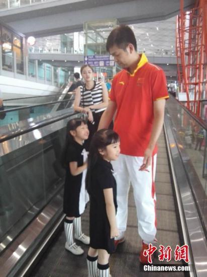 """北京时间8月17日上午9时许,朱启南随中国射击队回国,他的妻子和一对双胞胎女儿现身北京首都机场迎接他们归来。见面后朱启南与妻子说的第一句话就是""""你辛苦了"""",妻子回道""""不会""""。图文 尚虹波 张�B"""
