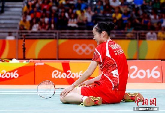 当地时间8月16日,里约奥运羽毛球女单1/4决赛,中国选手王仪涵对阵印度猛女辛德胡,连输两局以20-22和19-21遗憾落败,未能打进四强。图为王仪涵在比赛中。<a target='_blank' href='http://www.chinanews.com/' >中新网</a>记者 杜洋 摄