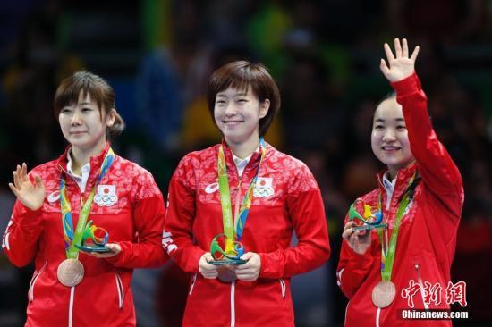 当地时间8月16日,日本队获得2016年里约奥运会乒乓球女子团体赛铜牌。图为日本选手福原爱、石川佳纯、伊藤美诚站在领奖台。<a target='_blank' href='http://www.chinanews.com/' >中新网</a>记者 盛佳鹏 摄