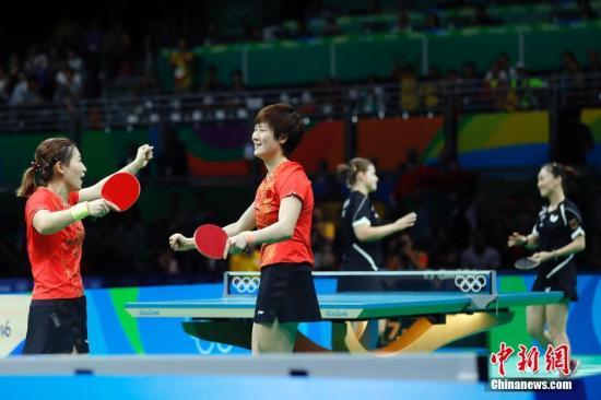 当地时间8月16日,在2016年里约奥运会乒乓球女子团体赛决赛中,中国队以3比0战胜德国队获得金牌,日本队在之前的铜牌争夺战中获得铜牌。<a target='_blank' href='http://www.chinanews.com/' >中新网</a>记者 盛佳鹏 摄