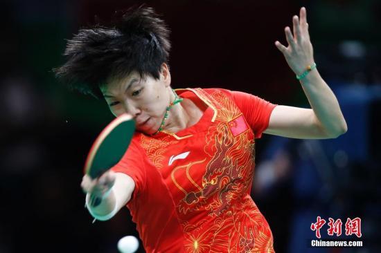 当地时间8月16日,2016里约奥运乒乓球女团决赛打响,中国队对阵德国队。图为李晓霞在比赛中。<a target='_blank' href='http://www.chinanews.com/' >中新网</a>记者 盛佳鹏 摄