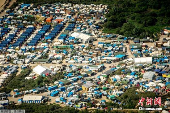 """资料图:法国加莱,航拍加莱""""丛林""""移民营地,据称超过9000名移民在此居住。"""