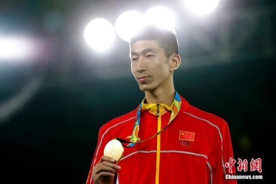 在北京时间8月18日上午结束的里约奥运会跆拳道男子58公斤以下级金牌赛中,中国选手赵帅6:4战胜泰国选手汉帕,获得冠军,这也是中国代表团在里约奥运上获得的第19金。图为赵帅获颁金牌。<a target='_blank' href='http://www.chinanews.com/' >中新网</a>记者 富田 摄
