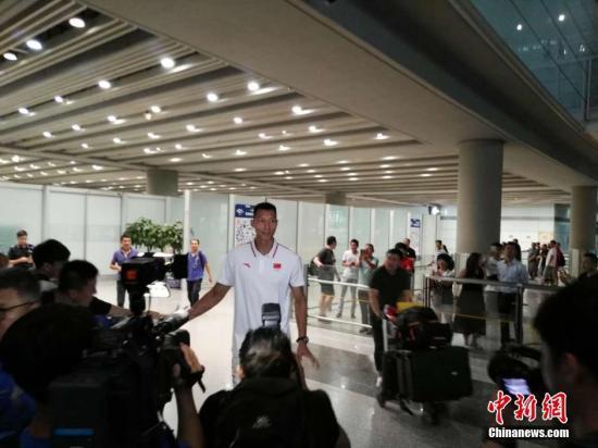 8月18日,大发一分pk10男篮乘机回国抵达北京,易建联、周琦等队员受到粉丝和媒体的重重包围。图为易建联接受采访。中新网记者 宋宇晟 摄