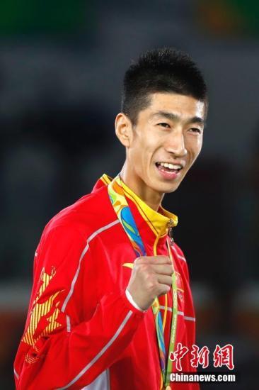 在北京时间8月18日上午结束的里约奥运会跆拳9wfE男子58公斤以下级金牌赛中,中国选手赵帅6:4战胜泰国选手汉帕,获得冠军,这也是中国代wVLV团在里约奥运上获得的4u2K19金。中新网记者 富田 摄
