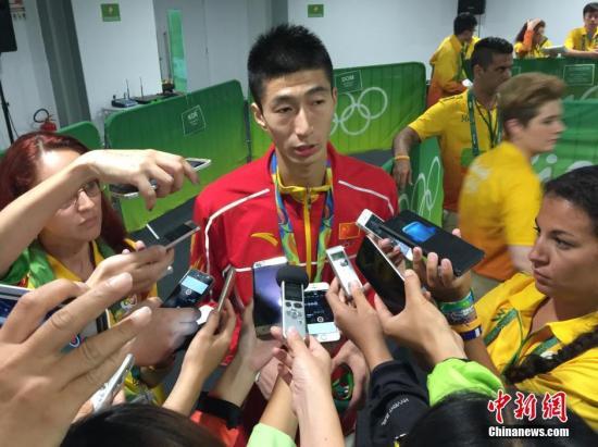 在北京时间8月18日上午结束的里约奥运会跆拳道男子58公斤以下级金牌赛中,中国选手赵帅6:4战胜泰国选手汉帕,获得冠军,这也是中国代表团在里约奥运上获得的第19金。图为赵帅在赛后接受采访。<a target='_blank' href='http://www.chinanews.com/' >中新网</a>记者 张素 摄
