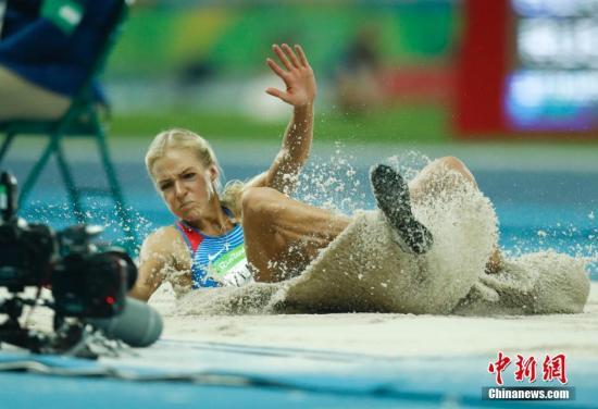 当地时间8月17日,2016年里约奥运会田径比赛在阿维兰热体育场进入到第六天的争夺。在女子跳远决赛中,美国选手包揽了冠亚军,其中巴尔托莱塔以7米17夺得冠军,老将里瑟以2厘米之差屈居亚军,塞尔维亚选手斯帕诺维奇以7米08摘得一枚铜牌。图为俄罗斯独苗克里什娜发挥不佳,仅获第九名。<a target='_blank' href='http://www.chinanews.com/' >中新网</a>记者 杜洋 摄