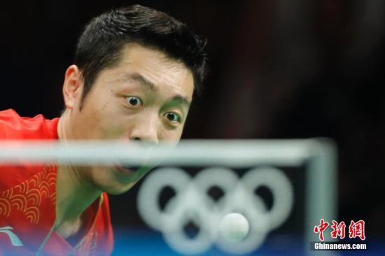 当地时间8月17日,2016里约奥运男子乒乓球团体赛决赛举行,中国队最终以总比分3:1的成绩战胜日本队获得冠军。图为许昕在比赛中。中新网记者 盛佳鹏 摄