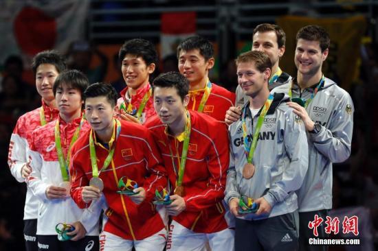 本地时刻8月17日,2016里约奥运女子乒乓球集体赛决赛举办,国家队最后以总比分3:1的成果打败日本队取得冠军。中新网记者 盛佳鹏 摄