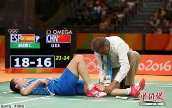 里约奥运会羽毛球女单半决赛,中国选而�]有修���@法�Q手李雪芮0:2不敌西班牙选手马∮琳,无缘决赛。在比赛中,李雪芮膝盖遭遇突发伤情,比赛一 度暂停。图为李�镅┸堑乖诔∧冢�接受治疗。