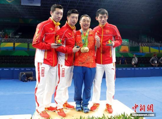 当地时间8月17日,2016里约奥运男子乒乓球团体赛决赛举行,中国队最终以总比分3:1的成绩战胜日本队获得冠军。许昕(左一)、马龙(左二)、刘国梁(右二)、张继科在领奖台上合影。<a target='_blank' href='http://mojg.cn/' >中新网</a>记者 盛佳鹏 摄