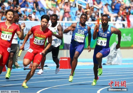 当地时间8月18日,里约奥运会田径男子4x100米接力预赛,中国队跑出37秒82,打破亚洲纪录,小组第二晋级。图为谢震业(左一)与苏炳添(左二)在比赛中。
