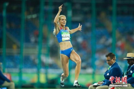 本地时刻8月17日,2016年里约奥运会田径竞赛在阿维兰热运动场进入到第六天的抢夺。在男子跳远决赛中,美国选手包办了冠亚军,此中巴尔托莱塔以7米17独占鳌头,宿将里瑟以2公分之差屈居亚军,塞尔维亚选手斯帕诺维奇以7米08摘得一枚铜牌。图为俄罗斯独苗克里什娜施展欠安,仅获第九名。中新网记者 杜洋 摄