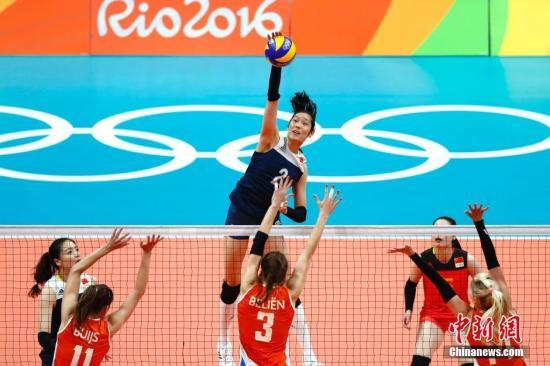 当地时间8月18日,2016里约奥运会女排半决赛,中国队对阵荷兰队。图为朱婷在比赛中。<a target='_blank' href='http://www.chinanews.com/' >中新网</a>记者 富田 摄