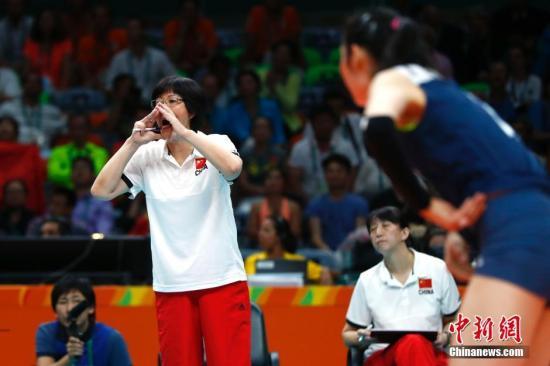 当地时间8月18日,2016里约奥运会女排半决赛,中国队对阵荷兰队。图为主教练郎平向队员喊话。<a target='_blank' href='http://www.chinanews.com/' >中新网</a>记者 富田 摄