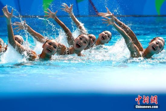 中国花游姑娘们在比赛中。 <a target='_blank' href='http://www.chinanews.com/' >中新网</a>记者 富田 摄