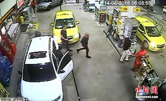 罗切特称,抢劫是在出租车停靠在加油站时发生的,但这段8月14日的监控录像显示,包括罗切特在内的三名美国游泳运动员从加油站出来,到搭上出租车都并无异样。