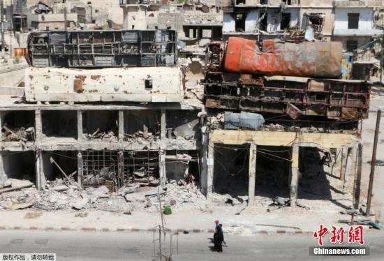 空袭过后的阿勒颇居民区。