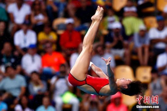 本地时刻8月18日,在里约奥运男子跳水单人十米台的决赛中,2001年出身的小将任茜发扬杰出,完满五跳后获得439.25的超高分数,摘得金牌。图为任茜在竞赛中。中新网记者 富田 摄