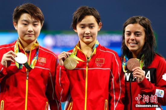 2016里约奥运会,任茜(中)获得女子10米跳台金牌,司雅杰(左)摘银。中新网记者 富田 摄