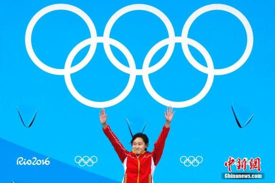 本地时刻8月18日,在里约奥运男子跳水单人十米台的决赛中,2001年出身的小将任茜发扬杰出,完满五跳后获得439.25的超高分数,摘得金牌。中新网记者 富田 摄