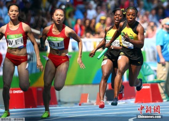 当地时间8月18日,2016里约奥运会女子4X100米预赛的重赛中,美国队独自完成了比赛,成绩为41秒77超越中国队。这样,中国队无缘该项目决赛。图为在上午的女子4x100米比赛中,中国接力队(左)在比赛现场。