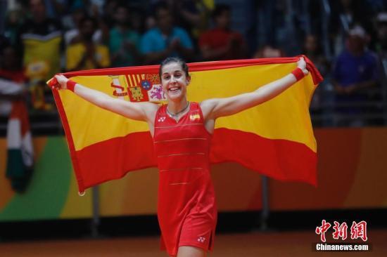 资料图:2016里约奥运会羽毛球女单决赛现场,马林身披西班牙国旗庆祝夺金。 /p记者 盛佳鹏 摄