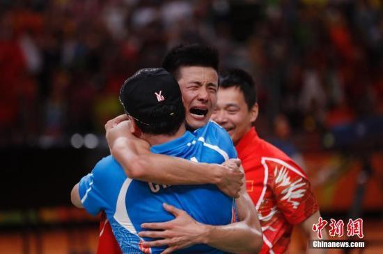 在男单决赛中,谌龙以2-0(21-18、21-18)力克李宗伟夺金。谌龙赢得决赛胜利后,抱着李永波激动痛哭。 <a target='_blank' href='http://www.chinanews.com/' >中新网</a>记者 杜洋 摄
