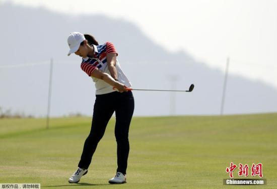 """当地时间当地时间19日,中国20岁选手林希妤在里约奥运会高尔夫女子个人比杆赛第三轮中打出""""一杆进洞""""(Hole-in-One),成为历史上首位在奥运会赛场上打出一杆进洞的女球员。图为林希妤在首轮比赛中。"""