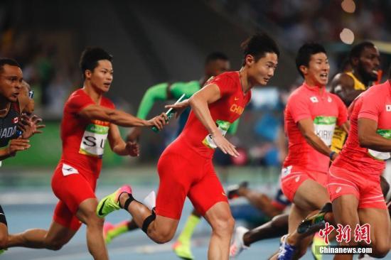 北京时间8月20日上午,在里约奥运会男子4x100米接力决赛中,由博尔特领衔的牙买加队如愿卫冕,这也是博尔特在三届奥运会上斩获的个人第九枚金牌。美国队被取消成绩,日本队收获银牌。由汤星强、谢震业、苏炳添、张培萌组成的中国队最终排名第四。图为苏炳添给张培萌交棒。<a target='_blank' href='http://www.chinanews.com/' >中新网</a>记者 杜洋 摄
