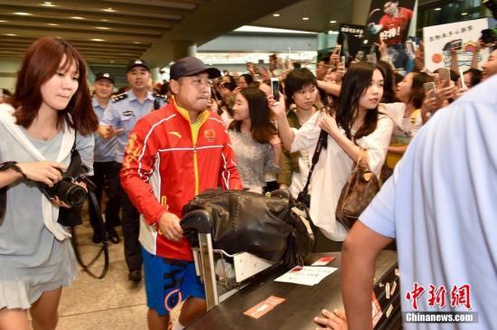 8月20日,包揽里约奥运4枚金牌的中国乒乓球队抵达首都机场,受到球迷的热情追捧。图为刘国梁出现在首都机场,被大批媒体和球迷包围。<a target='_blank' href='http://www.chinanews.com/' >中新网</a>记者 金硕 摄