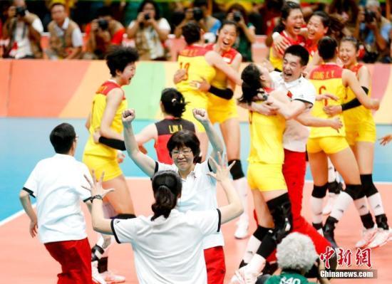 中国女排不断是国人的自豪。材料图为中国女排庆贺正在里约奥运夺冠。a target='_blank' href='http://www.chinanews.com/' 中新网/a记者 杜洋 摄