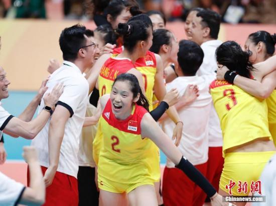 当地时间8月20日,2016里约奥运女排决赛,中国女排3:1(19:25,25:17,25:22,25:23)战胜塞尔维亚女排,在2004年拿到雅典奥运会冠军后,时隔12年再次获得奥运会冠军,这也是中国代表团在本届奥运会上的第26枚金牌。记者 杜洋 摄