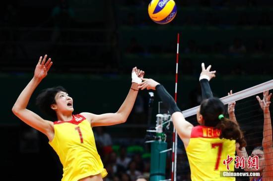 当地时间8月20日,2016里约奥运女排决赛,中国女排战胜塞尔维亚女排,时隔12年再次获得奥运会冠军。记者 富田 摄