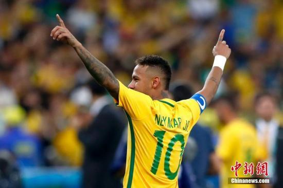 当地时间8月20日,2016里约奥运男子足球决赛在马拉卡纳体育场举行,巴西队与德国队在120分钟比赛中战成1:1平,在最后的点球大战中以总比分6:5战胜德国队获得冠军。图为巴西队凭借内马尔的点球获得冠军。<a target='_blank' href='http://www.chinanews.com/' >中新网</a>记者 富田 摄