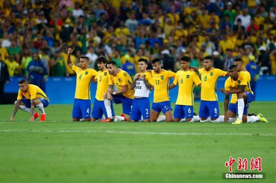 当地时间8月20日,2016里约奥运男子足球决赛在马拉卡纳体育场举行,巴西队与德国队在120分钟比赛中战成1:1平,在最后的点球大战中以总比分6:5战胜德国队获得冠军。图为巴西队在庆祝胜利。记者 富田 摄