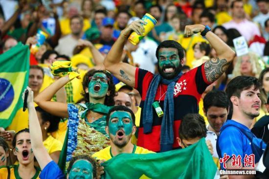 当地时间8月20日,2016里约奥运男子足球决赛在马拉卡纳体育场举行,巴西队与德国队在120分钟比赛中战成1:1平,在最后的点球大战中以总比分6:5战胜德国队获得冠军。图为现场搞怪装束的观众。记者 富田 摄