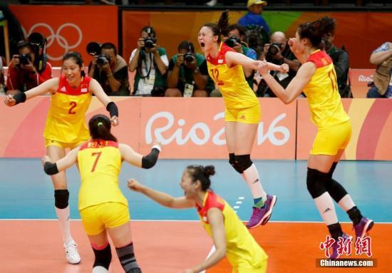 当地时间8月20日,2016里约奥运女排决赛,中国女排3:1(19:25,25:17,25:22,25:23)战胜塞尔维亚女排,在2004年拿到雅典奥运会冠军后,时隔12年再次获得奥运会冠军,这也是中国代表团在本届奥运会上的第26枚金牌。<a target='_blank' href='http://www.chinanews.com/' >中新网</a>记者 杜洋 摄