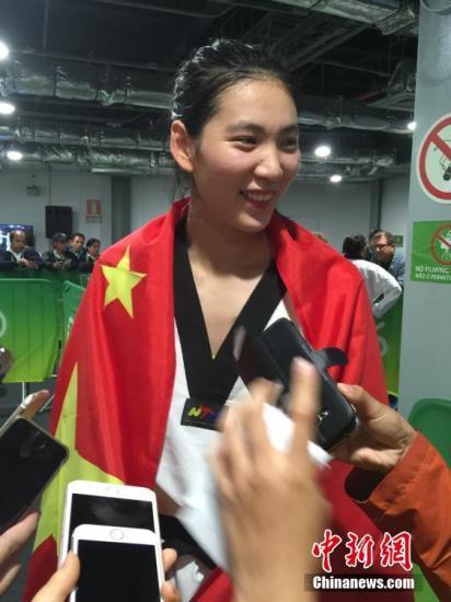 图为郑姝音在赛后承受采访。中新网记者 张素 摄
