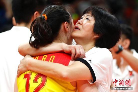 当地时间8月20日,2016里约奥运女排决赛,中国女排3:1(19:25,25:17,25:22,25:23)战胜塞尔维亚女排,在2004年拿到雅典奥运会冠军后,时隔12年再次获得奥运会冠军,这也是中国代表团在本届奥运会上的第26枚金牌。<a target='_blank' href='http://www.chinanews.com/' >中新网</a>记者 富田 摄