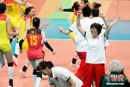 当地时间8月20日,2016里约奥运女排决赛,中国女排3:1(19:25,25:17,25:22,25:23)战胜塞尔维亚女排,在2004年拿到雅典奥运会冠军后,时隔12年再次获得奥运会冠军。记者 杜洋 摄