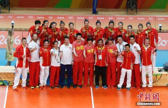 资料图:当地时间8月20日,2016里约奥运女排决赛,中国女排战胜塞尔维亚女排获得奥运会冠军。记者 杜洋 摄