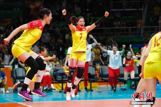 当地时间8月20日,2016里约奥运女排决赛,中国女排3:1(19:25,25:17,25:22,25:23)战胜塞尔维亚女排,在2004年拿到雅典奥运会冠军后,时隔12年再次获得奥运会冠军,这也是中国代表团在本届奥运会上的第26枚金牌。记者 富田 摄