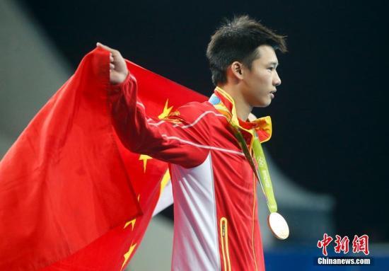 """当地时间8月20日,2016里约奥运跳水男子单人十米台的决赛中,此前已经在双人比赛中收获一枚金牌的中国选手陈艾森顶住压力,虽然第二跳稍有瑕疵,但最终还是凭借三跳过百、总分585.30分获得冠军,成为""""双冠王""""。<a target='_blank' href='http://www.chinanews.com/' >中新网</a>记者 杜洋 摄"""