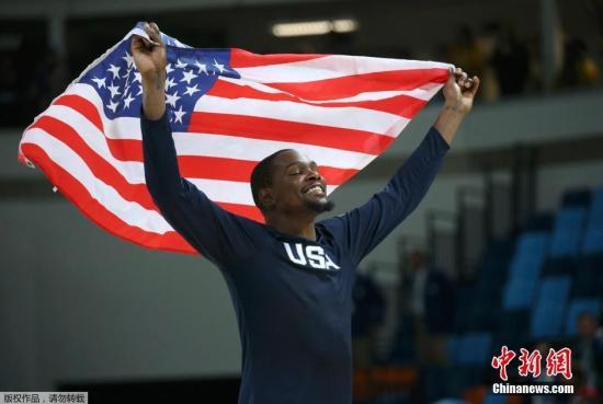 目前已有多位大牌球员退出美国男篮集训营。资料图为2016年奥运会美国队杜兰特庆祝夺冠。