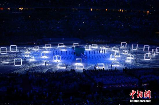 """当地时间8月21日,2016里约奥运会闭幕式在马拉卡纳体育场内举行。图为现场展示出东京奥运会会徽、富士山等形象,以""""SeeyouinTokyo!""""结束表演。记者 富田 摄"""