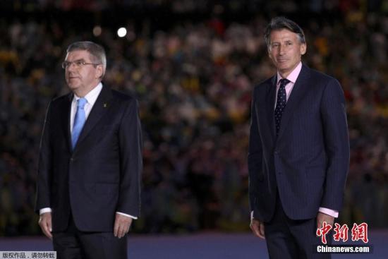 当地时间8月21日,2016里约奥运会闭幕式在马拉卡纳体育场内举行。图为国际奥委会主席巴赫(左)为当天早些时候决出的男子马拉松赛前三名颁奖。