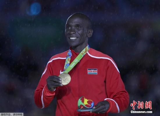 当地时间8月21日,2016里约奥运会闭幕式在马拉卡纳体育场内举行。图为奥运马拉松冠军埃鲁德·基普乔格获得金牌。