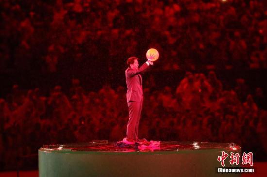 当地时间8月21日,2016里约奥运会闭幕式在马拉卡纳体育场内举行。图为日本首相安倍晋三以超级马里奥形象出现。记者 盛佳鹏 摄